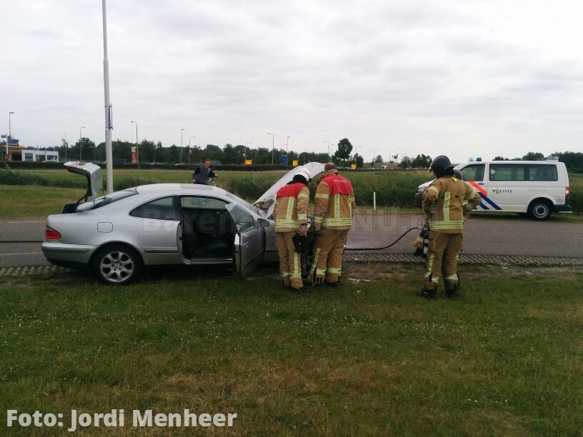 Brand in motorcompartiment van auto aan de Zuider Carnisseweg