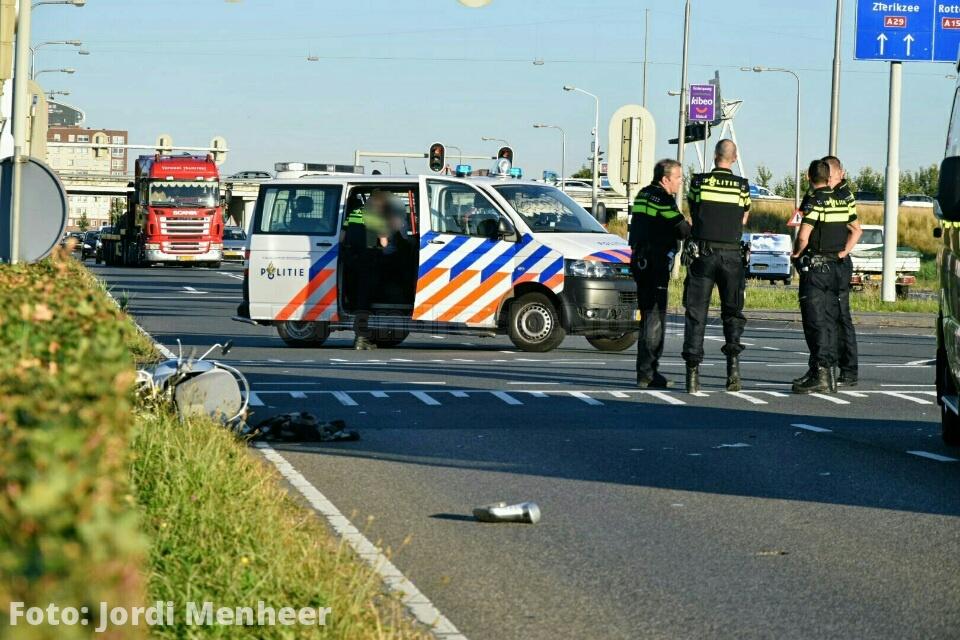 Aanrijding auto/scooter op de Kilweg, slachtoffer met spoed naar het ziekenhuis; weg deels afgesloten