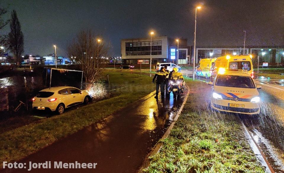 Auto bij het spoorviaduct 1e Barendrechtseweg van de weg geraakt thv de Zwaalweg