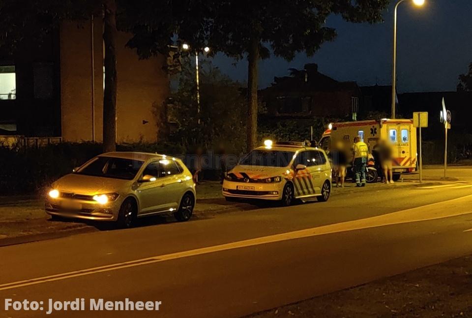 Persoon in ambulance bij ongeval met auto op rotonde 2e Barendrechtseweg