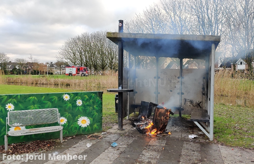 Bankstel in brand in park Nieuweland, brandweer is onderweg
