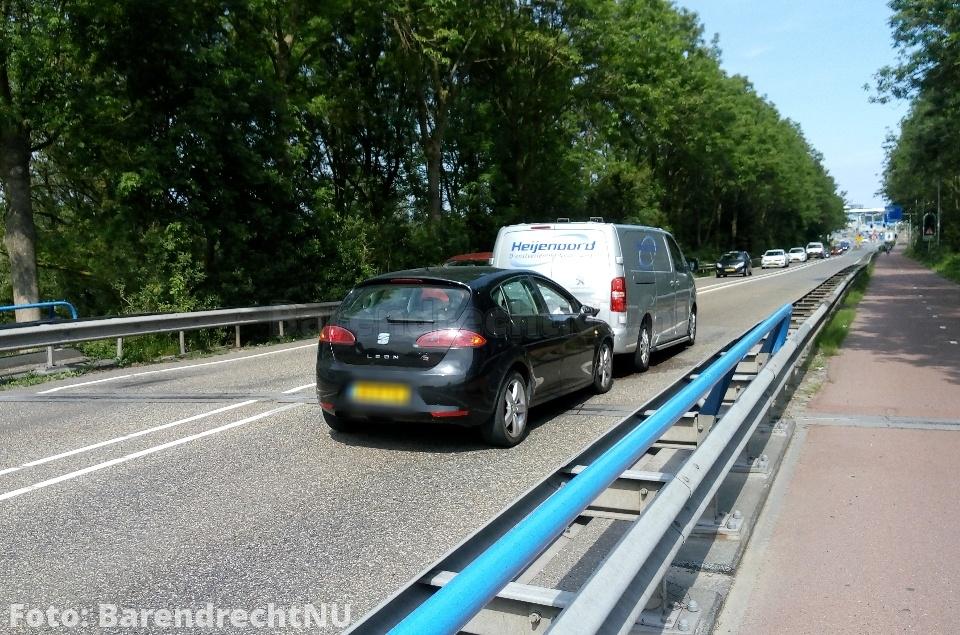 Kop-staart aanrijding op spoorviaduct Dierensteinweg, flinke file Barendrecht uit