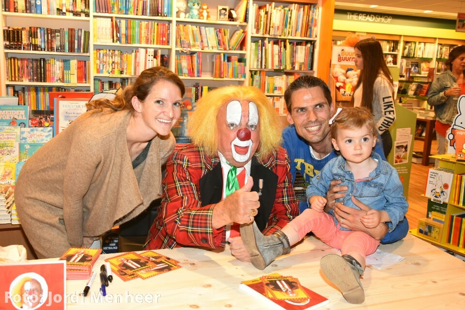 Clown Bassie is aangekomen op de Middenbaan bij The Read Shop