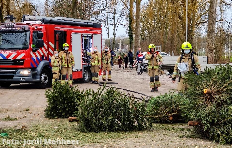 Brand(je) in stapel (opgehaalde) kerstbomen aan de Scheldestraat