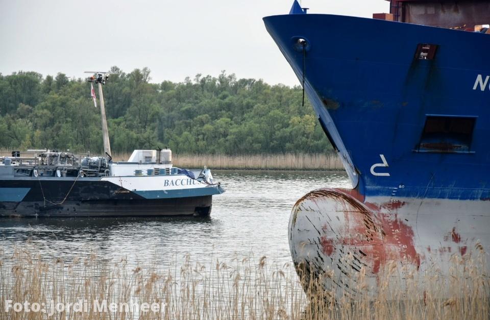 Aanvaring tussen 2 schepen op de Oude Maas thv de trimbaan in Barendrecht