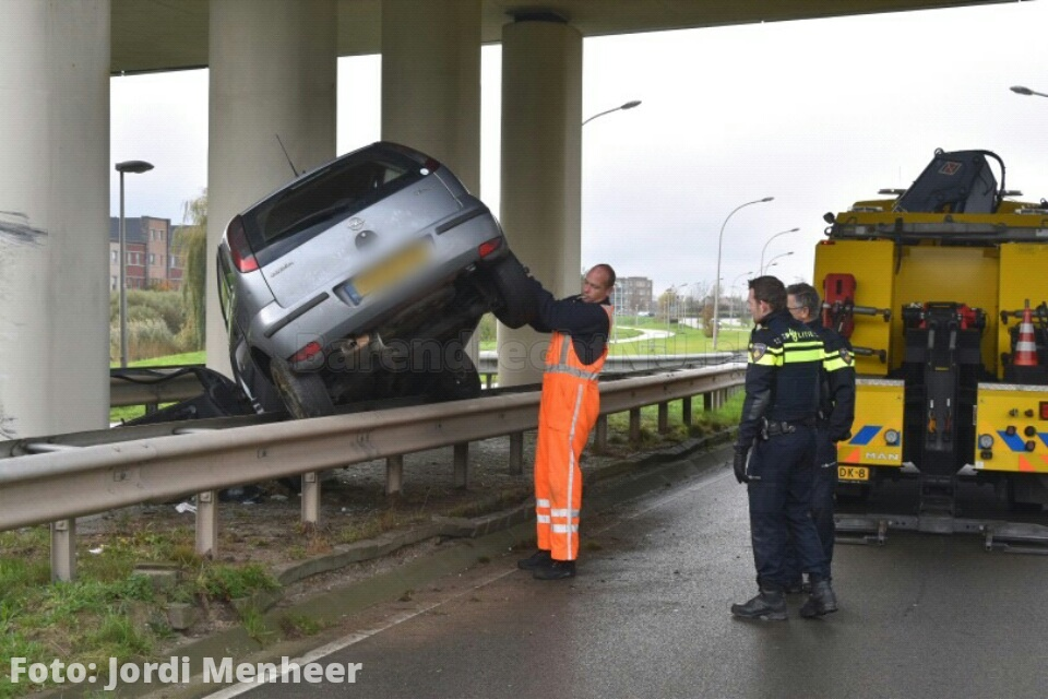 Auto tegen pilaar viaduct Carnisser Baan, bestuurder agressief en verward