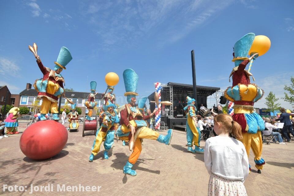 Het nieuwe gemeentehuisplein is zojuist officieel geopend door burgemeester van Belzen