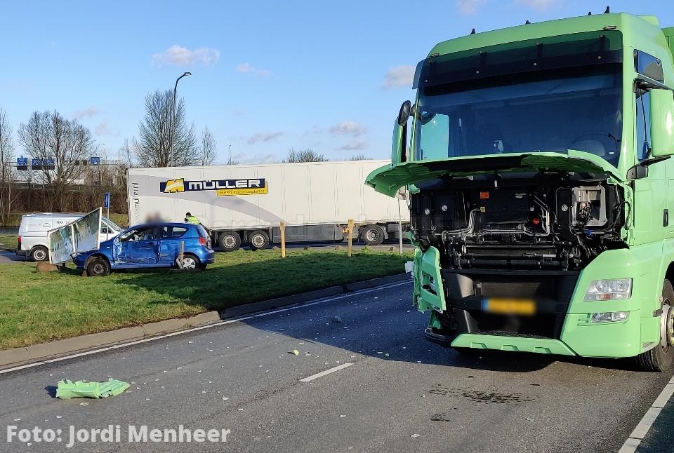 Dierensteinweg Barendrecht in momenteel afgesloten ivm aanrijding auto en vrachtwagen