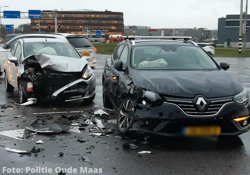 Aanrijding tussen twee personenauto's op de Dierensteinweg, geen gewonden