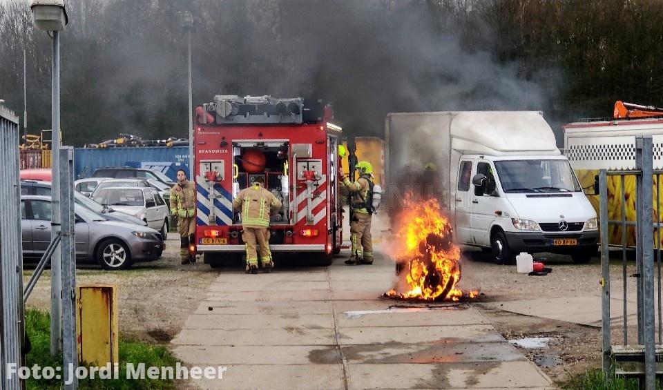 Motor volledig in vlammen opgegaan bij brand achter het tankstation aan de Kooiwalweg