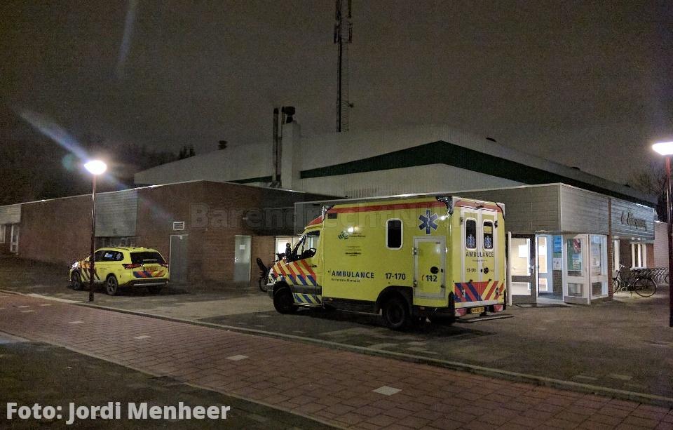 FOTO: Hulpdiensten ter plaatse in Sporthal de Driesprong ivm medische noodsituatie, traumahelikopter in Zuidpolder geland – BarendrechtNU Live - BarendrechtNU.nl