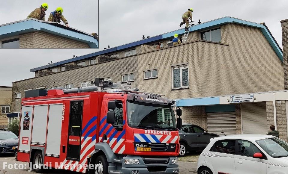 Stormschade melding aan de Harplaan: Brandweer heeft de losgeraakte dakrand van een woning afgedicht