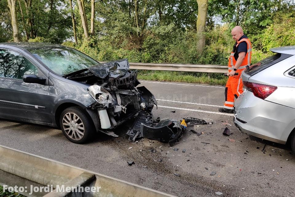 Drie voertuigen met schade bij kop-staart aanrijding op de Dierensteinweg