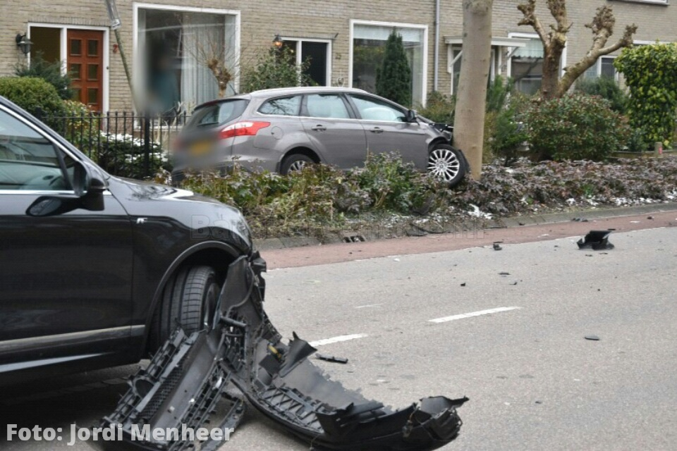 Live: Auto tegen boom geklapt langs de Schaatsbaan, politie en ambulance ter plaatse