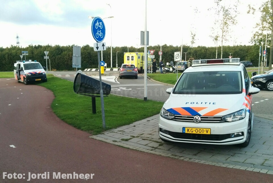 Live: Aanrijding auto/brommer bij ingang van de Bongerd aan de Dierensteinweg