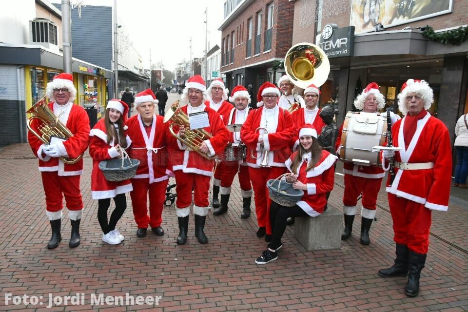 Kerstmannenband en kerstmeisjes op de Middenbaan