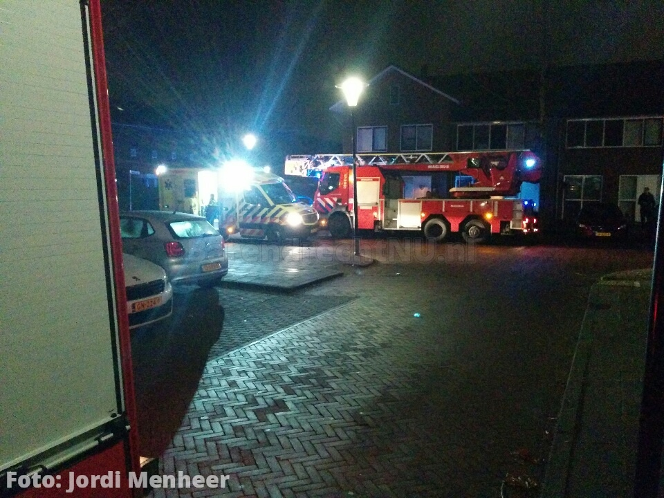 Brand in woning Kalverenburg, persoon in ambulance