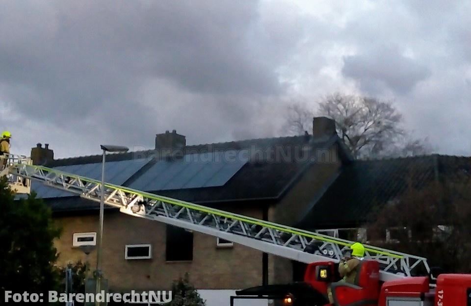 Woningbrand aan de Binnenlandse Baan, brandweer bezig met blussen, weg is afgesloten