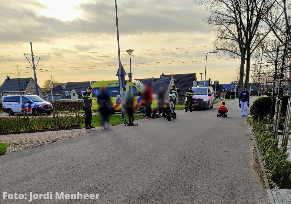 Aanrijding crossmotor en fietser op de Voordijk, fietser per ambulance overgebracht naar ziekenhuis