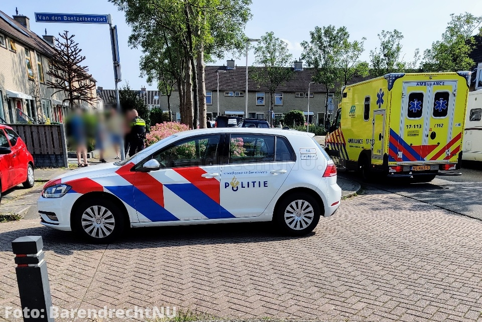 Vrouw gewond geraakt bij aanrijding met personenauto op de Arent Maertensvliet