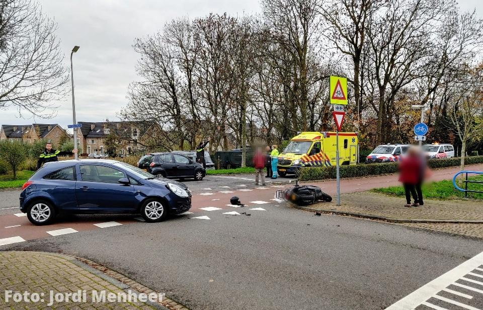 Aanrijding tussen auto en scooter op de kruising Middeldijk / Strausslaan