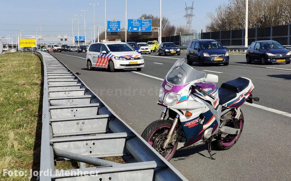Aanrijding motor en auto op de A29, twee rijstroken afgesloten