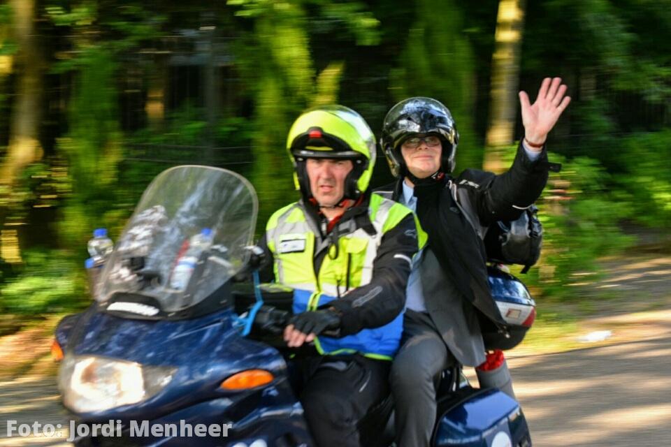Live: Burgemeester van Belzen gaat op de motor achter het laatste Roparun team aan richting de finish in Rotterdam