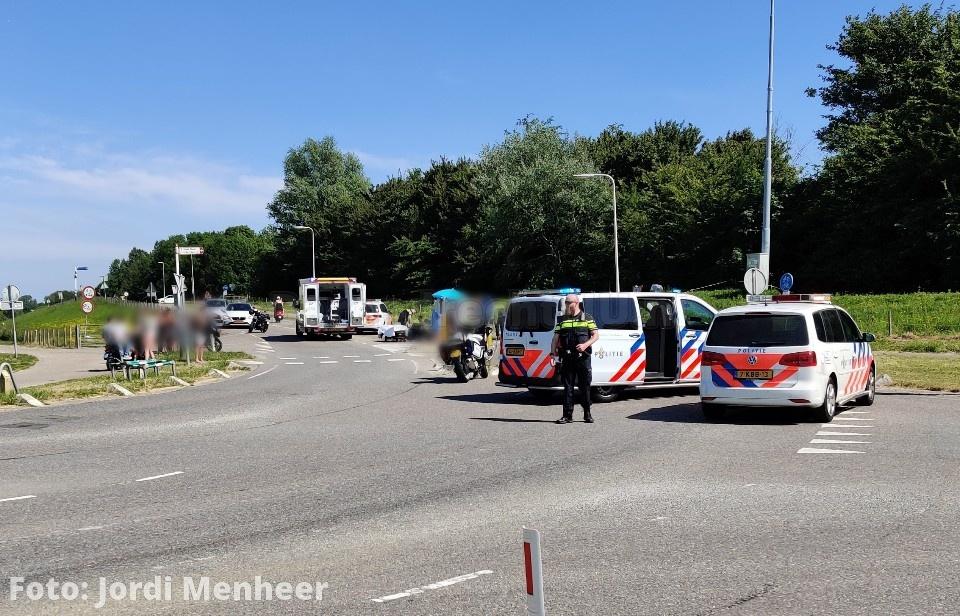 Vrouw gewond bij aanrijding met motor op de Achterzeedijk thv kruising Barendrechtseweg