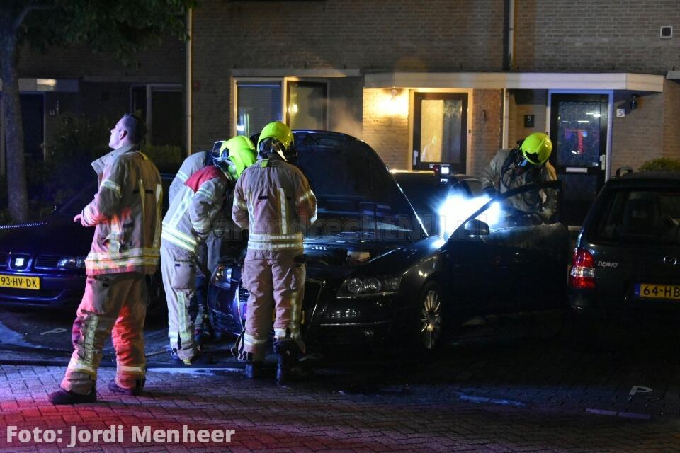 Live: Autobrand aan de Van der Meulenstraat, brandweer bezig met blussen van binnenkant voertuig