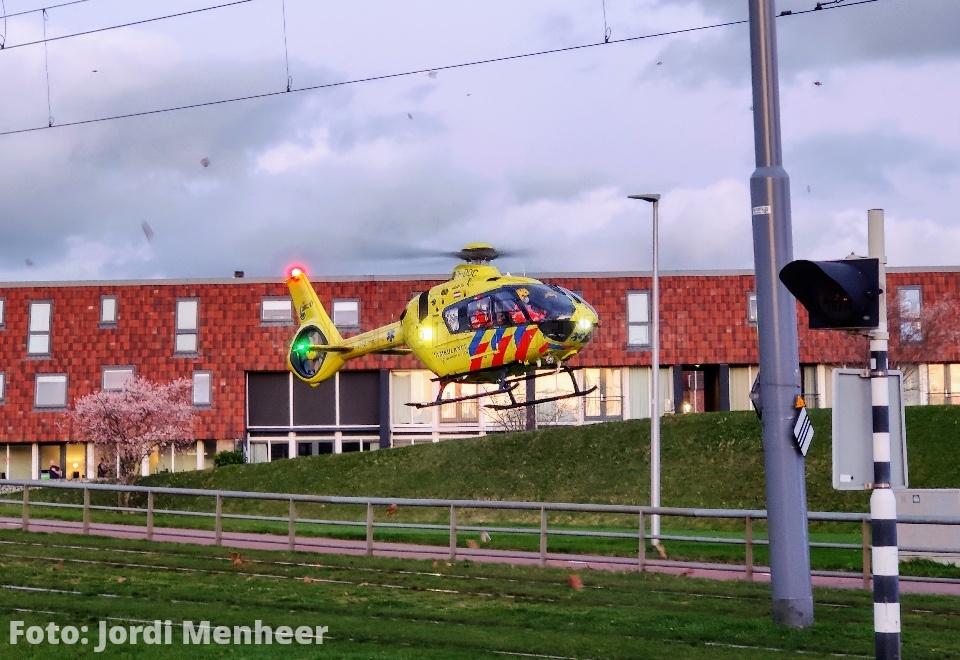 Traumahelikopter geland langs de Vrijenburglaan voor medische noodsituatie aan de Avenue Carré