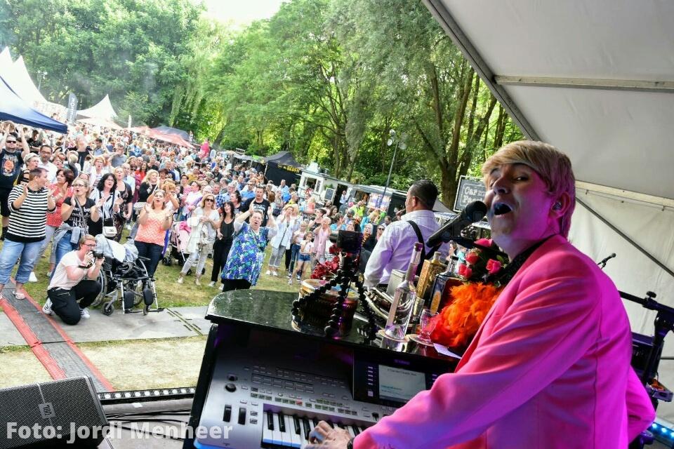 Live: De Wannebiezz op het podium bij Picknick in 't Park, het is hier alweer een gezellige drukte