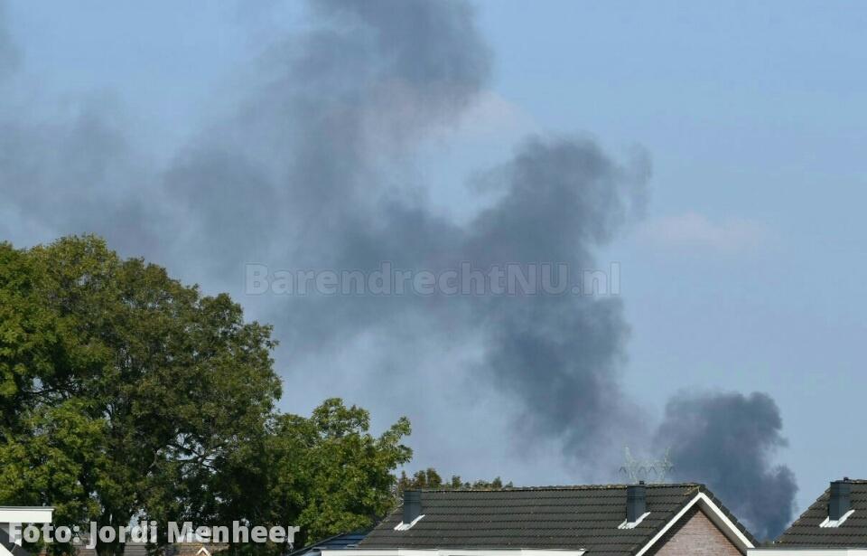 Live: Brand in een schuur aan de Wester Hordijk; zwarte rookwolk trok over het spoor