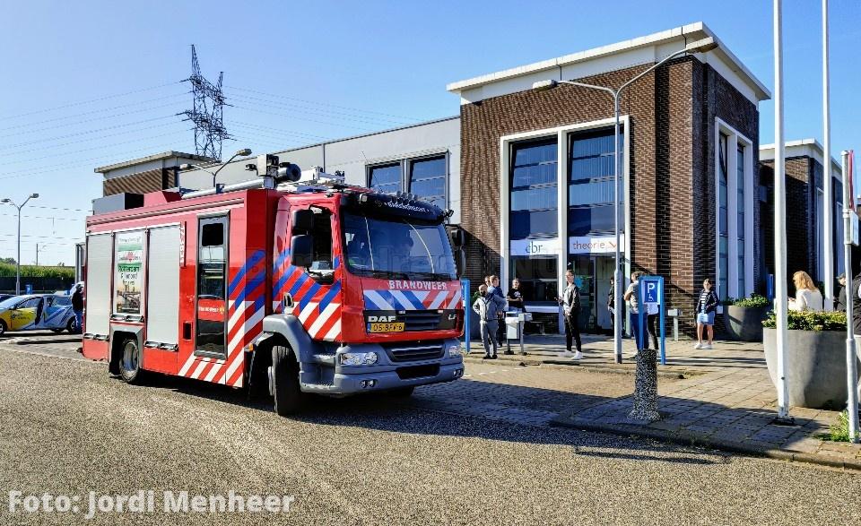 Brandweer bij het CBR aan de Zwaalweg ivm brandlucht in het gebouw