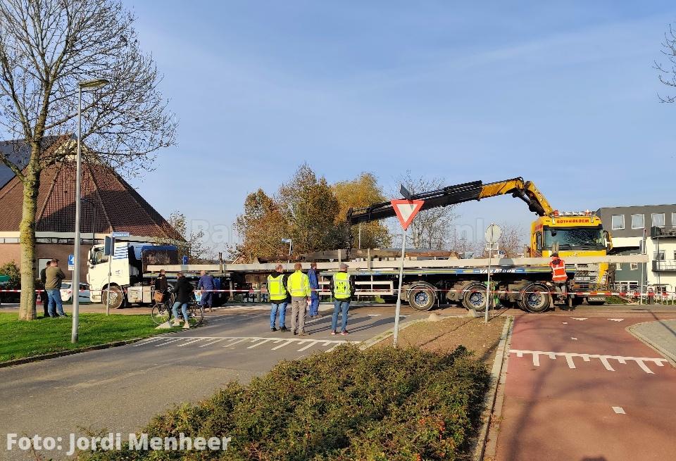 Kruising Voordijk / Ouvertureweg al 2 uur geblokkeerd ivm defect geraakte vrachtwagen met heipalen