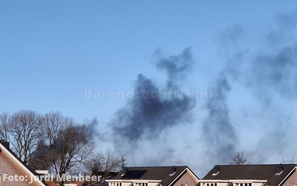Grote brand in garagebedrijf in Rotterdam, rook trekt laag over A15 richting Barendrecht/Ridderkerk
