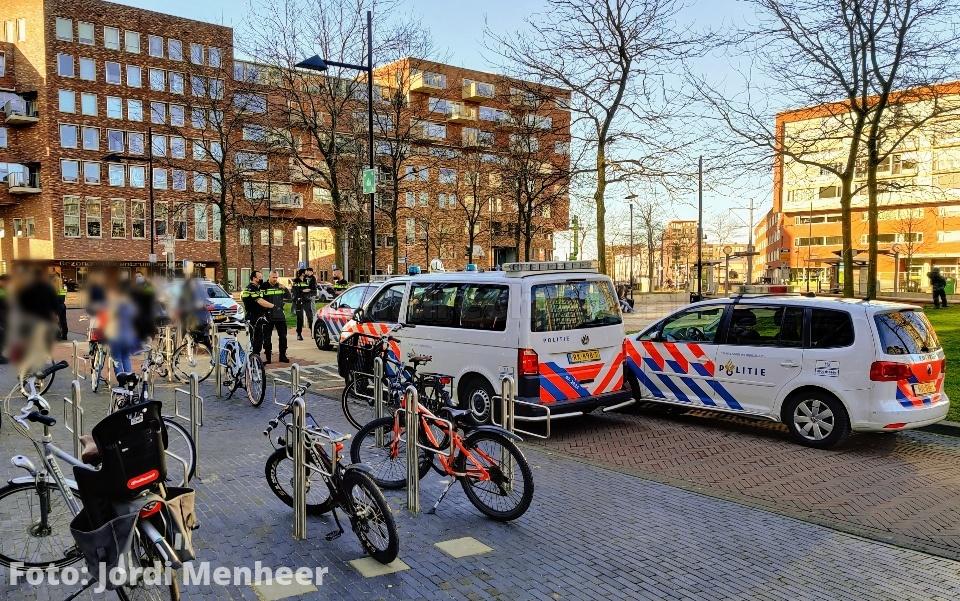 Twee aanhoudingen op het Middeldijkerplein, politie met 7 wagens en 2 motoren ter plaatse