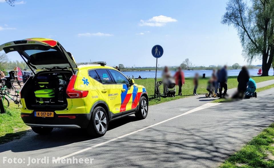Ongeval met twee wielrenners bij de Oude Maas, ambulance ter plaatse