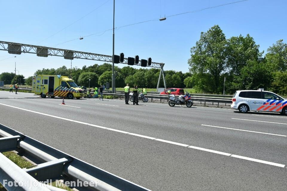 Live: Ernstig ongeval A29 thv Achterzeedijk: 2 gewonden van motor, traumahelikopter zojuist geland