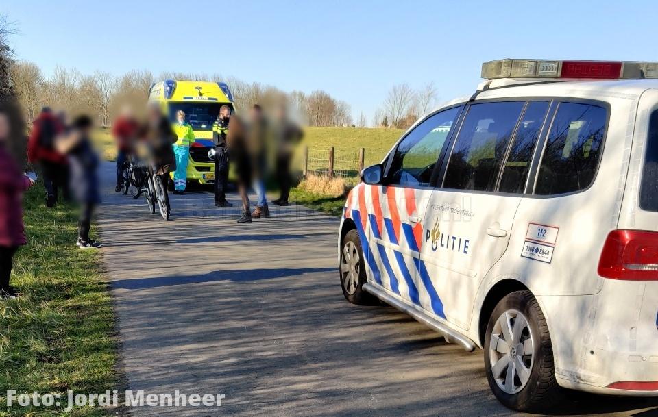 Aanrijding wielrenner en meisje op skates op fietspad langs de Oude Maas