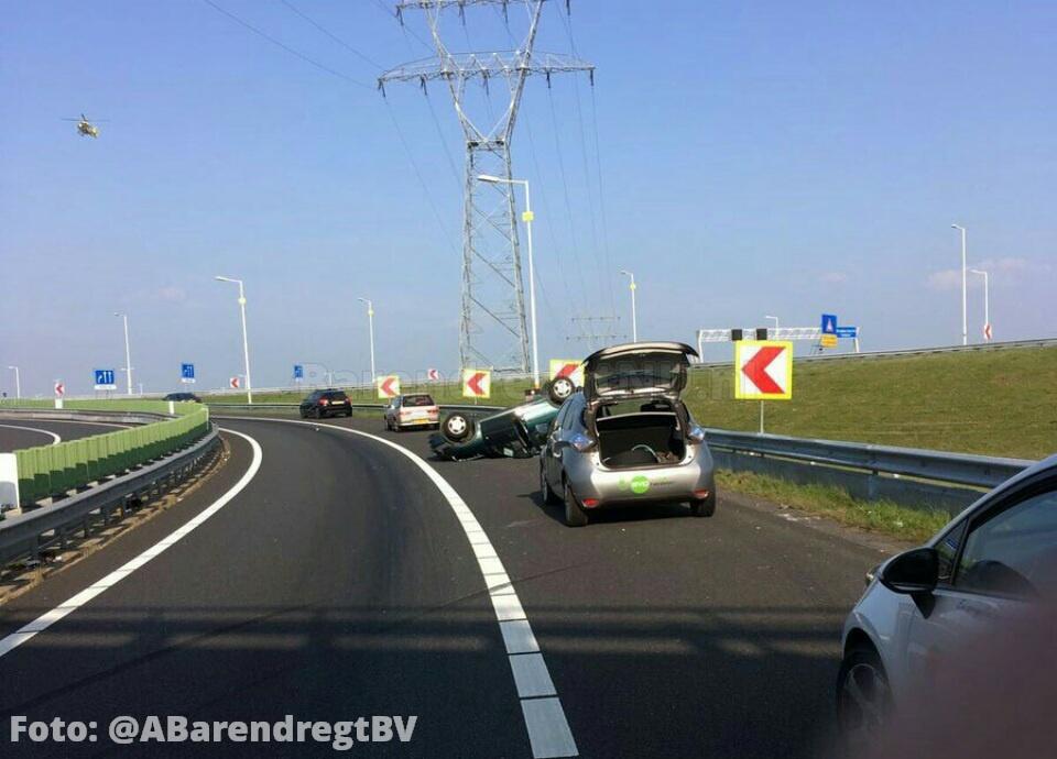 Live: Ernstig ongeval A15 Vaanplein, auto op zijn kop in de bocht ri Zuidplein