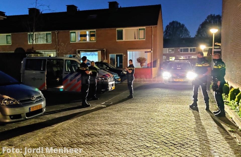 Zoekactie gaande aan de Hoefslag / Jaagpad, agenten doen onderzoek bij een woning