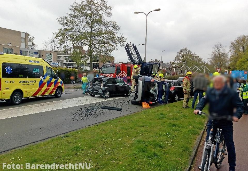 Ongeval met 3 personenauto's op de 2e Barendrechtseweg, auto op zijkant terecht gekomen