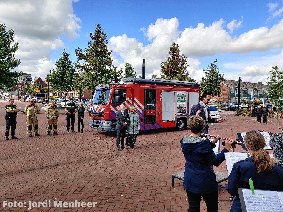 Loeiende sirenes bij afscheid burgemeester van Belzen bij het gemeentehuis