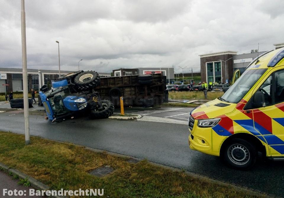 Tractor met aanhanger omgeslagen op de 1e Barendrechtseweg, weg in beide richtingen afgesloten