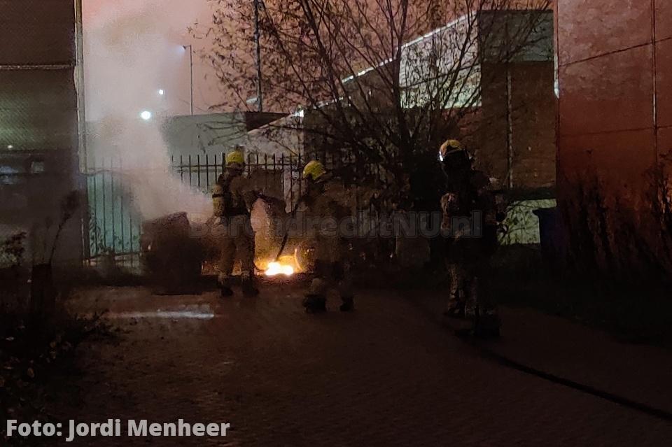 Auto(wrak) in brand aan de Ebweg, brandweer heeft de brand geblust