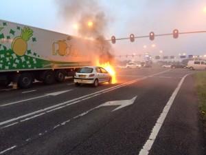 Auto in brand op afrit A15 bij de Dierensteinweg