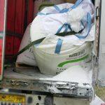 Vrachtwagen 'lekt' lading op A15 bij Barendrecht