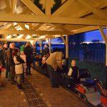 Kerstritten Maasoever Spoorweg: verlicht station en vuurkorven langs spoor