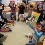 Sinterklaascadeaus voor kinderen in Schakelklassen dankzij hulp van vele vrijwilligers