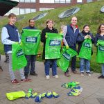 Supermarkt medewerkers en Humanitas cliënten ruimen samen zwerfafval op bij Carnisse Veste
